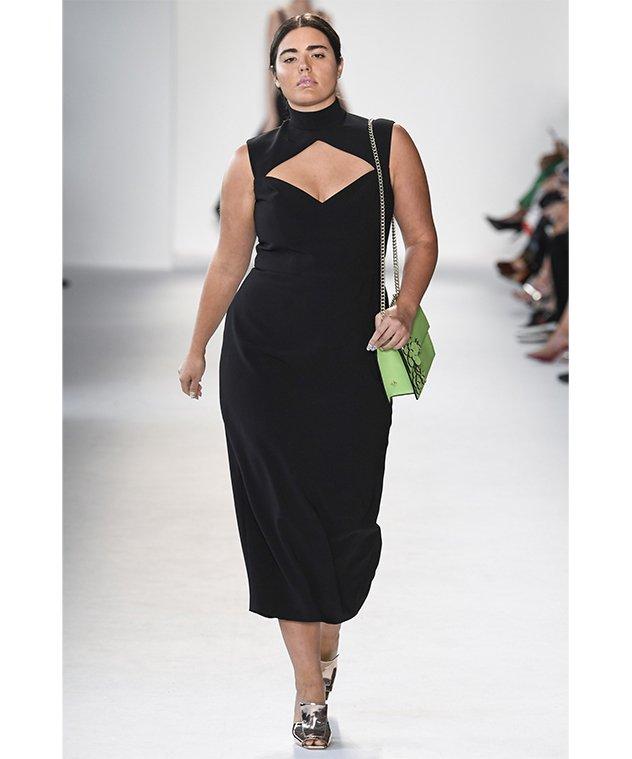 cb4059a86270e تأتي دار الأزياء الأمريكية Christian Siriano بمقدمة الماركات التي أولت  أهمية كبيرة للنساء الممتلئات خلال عرض أزياء ربيع وصيف 2018. قدمت هذه  العلامة فساتين ...